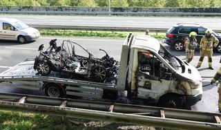 Sleepwagen met auto erop vat vlam op A7 bij Berkhout [video]