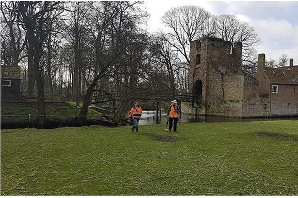 Archeologe Nancy de Jong en geofysicus Ferry van den Oever bij kasteel Brederode.
