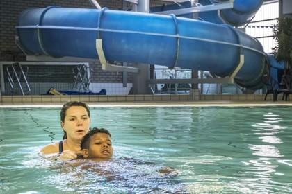 'Meisjes uit het azc moeten soms kleding aan in het zwembad maar ze zwemmen wel en dat is belangrijk' [video]