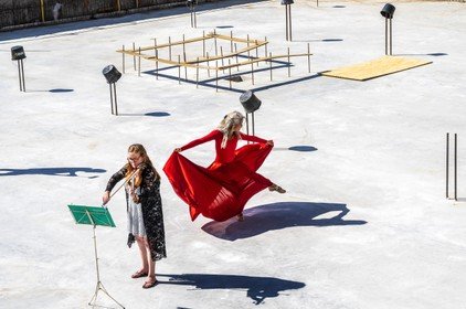 Violiste Suzanne Groot speelt Telemann vanuit bouwput zonder publiek [video]