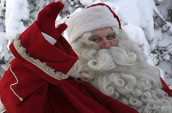 De kerstman bezoekt het centrum van Hilversum en deelt cadeautjes uit