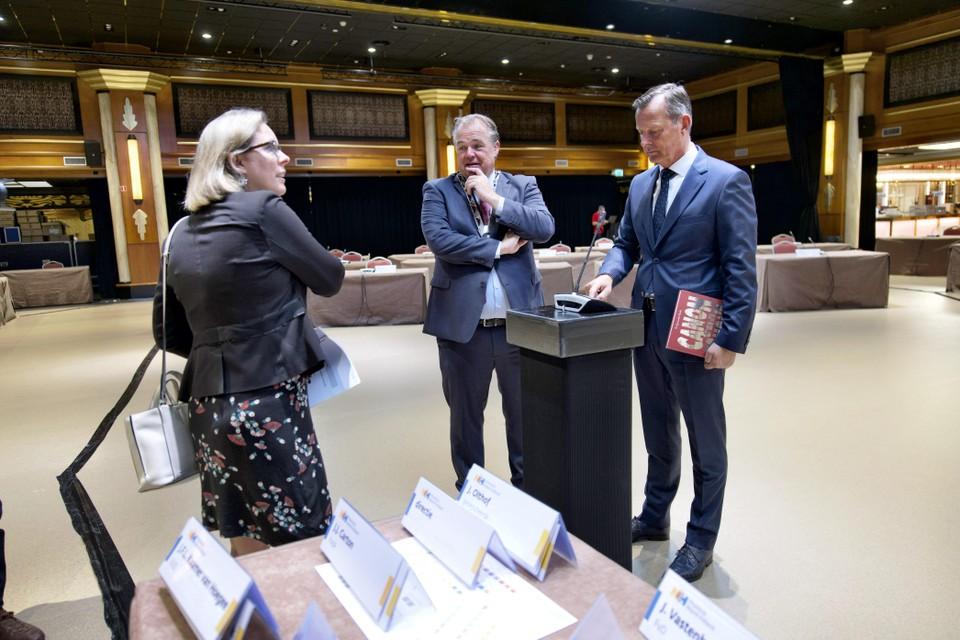 Burgemeester Lars Voskuil (midden) inspecteert de Statenzaal in Hotel Zuiderduin voorafgaand aan de vergadering. Rechts commissaris van de Koning Arthur van Dijk, links Statengriffier Katja Bolt.