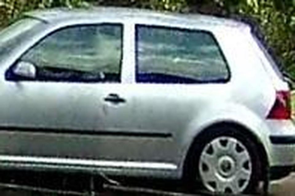 De grijze auto.