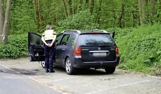 Man steekt auto in brand op parkeerplaats in Castricum, politie weet hem middels politiehelikopter te pakken in duinen