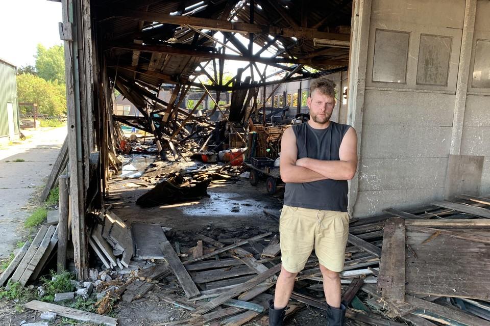 Veehouder Christiaan hielp de brandweer een handje door met zijn verreiker de achterkant eruit te stoten. Hierdoor kon de spuitgasten het vuur van achteren insluiten en de schade beperken.