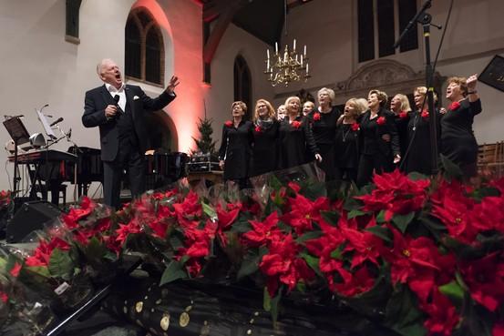 Kerstmagie in Beverwijkse Grote Kerk: ruim honderd mantelzorgers en ouderen uit IJmond onthaald op feestelijk diner
