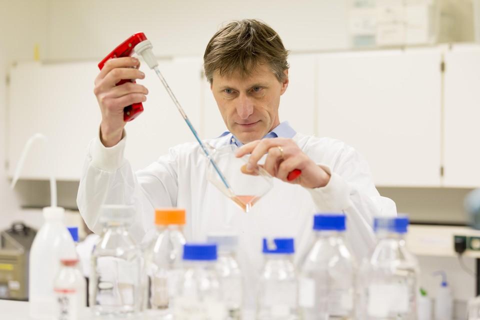 Jaap-Jan Zwaginga probeert met een 'lesprogramma' dendritische cellen opnieuw te trainen. Het is de bedoeling dat zij T-lymfocyten niet langer opdracht geven om weefsel in de gewrichten aan te vallen.