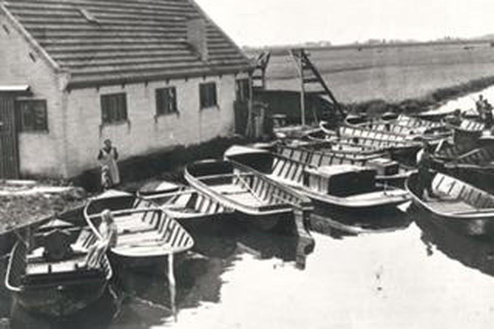 Lang vervlogen tijden met aangemeerde schuiten bij scheepwerf Potveer.