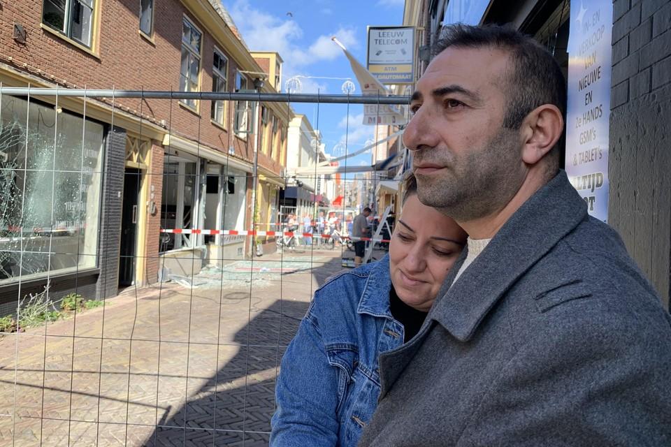 Nergiz Guler zoekt troost bij haar man Galip. Links achter het hek zit hun pasgeopende Dönerzaak.