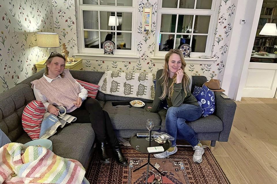 Laura Bromet (links) op de bank met medewerkster Noortje.