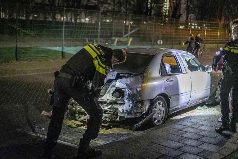 Auto in brand op Merwedestraat in Beverwijk; politie doet onderzoek