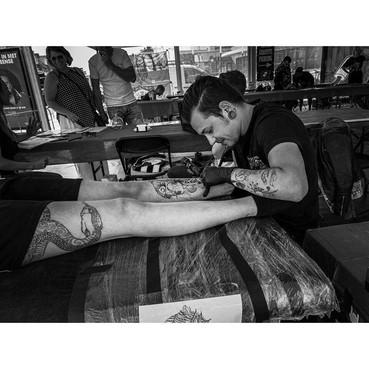 Wereldrecordpoging tatoeëerder uit Den Helder strandt om medische redenen