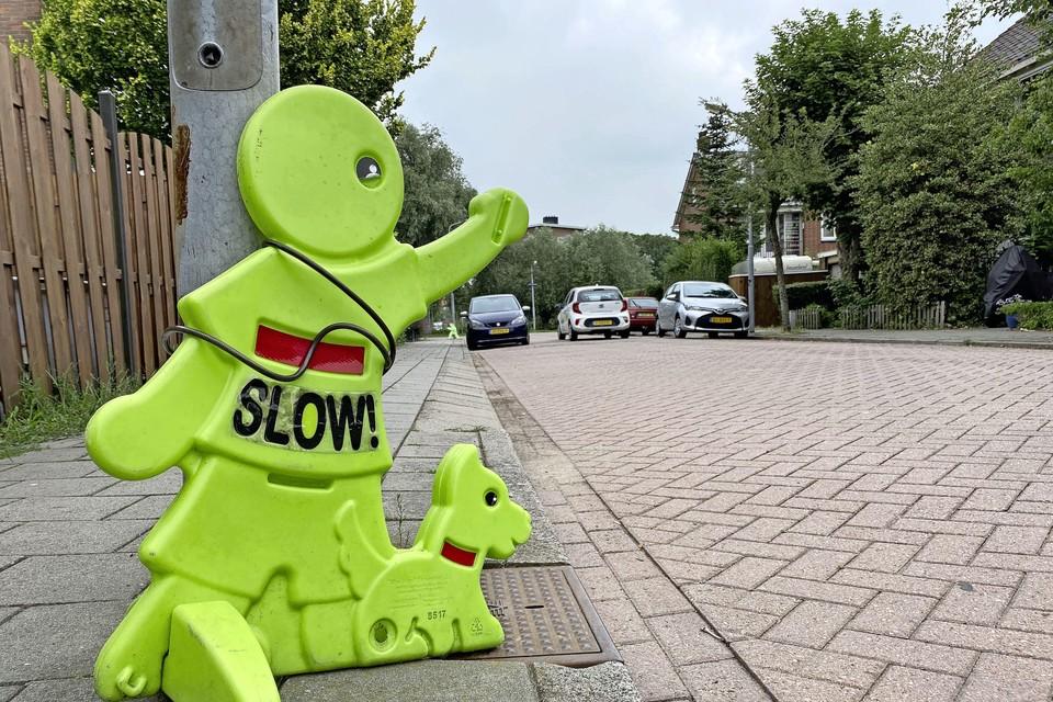 Buurtbewoners blij met aangekondigde snelheidsmetingen in de Snuiverbuurt. Dit is de Zamenhofstraat waar verkeersmaatjes langs de weg snelverkeer waarschuwen.