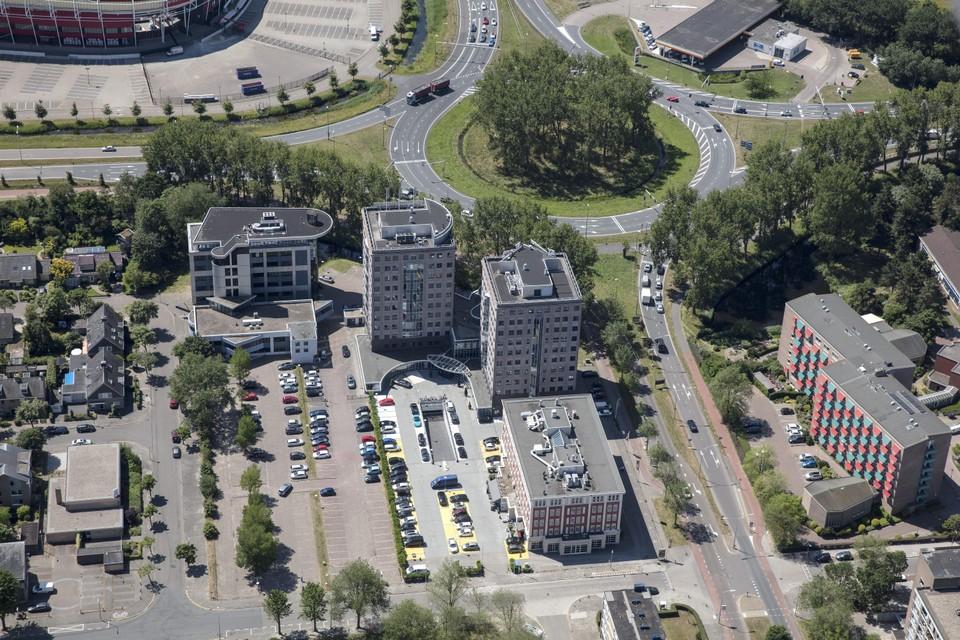 Verkeersplein Kooimeer gezien vanaf de Vondelstraat. Linksboven is nog net het AZ-stadion te zien, rechtsonder Huize Kooimeer dat momenteel gesloopt wordt.