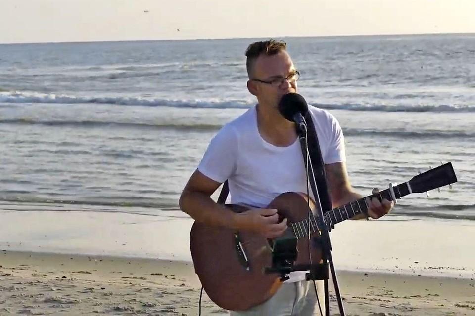 Josh van den Berg op het strand in Texel.