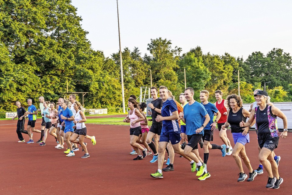 De Dinsdagavondgroep van Suomi die voor vluchtelingen in september 2000 kilometer gaat afleggen.